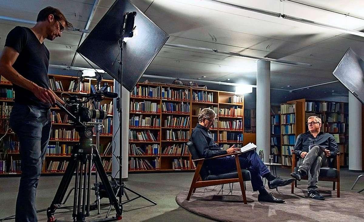 Chefdramaturg der Internationalen Bachakademie Henning Bey im Gespräch mit Hans-Christoph Rademann. Thema: Der Podcast barock@home. Foto: Holger Schneider