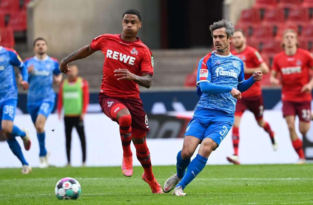 Kölns Mittelfeldspieler Ismail Jakobs im Zweikampf mit Kiels Mittelfeldspieler Fin Bartels (r). Foto: dpa/Ina Fassbender
