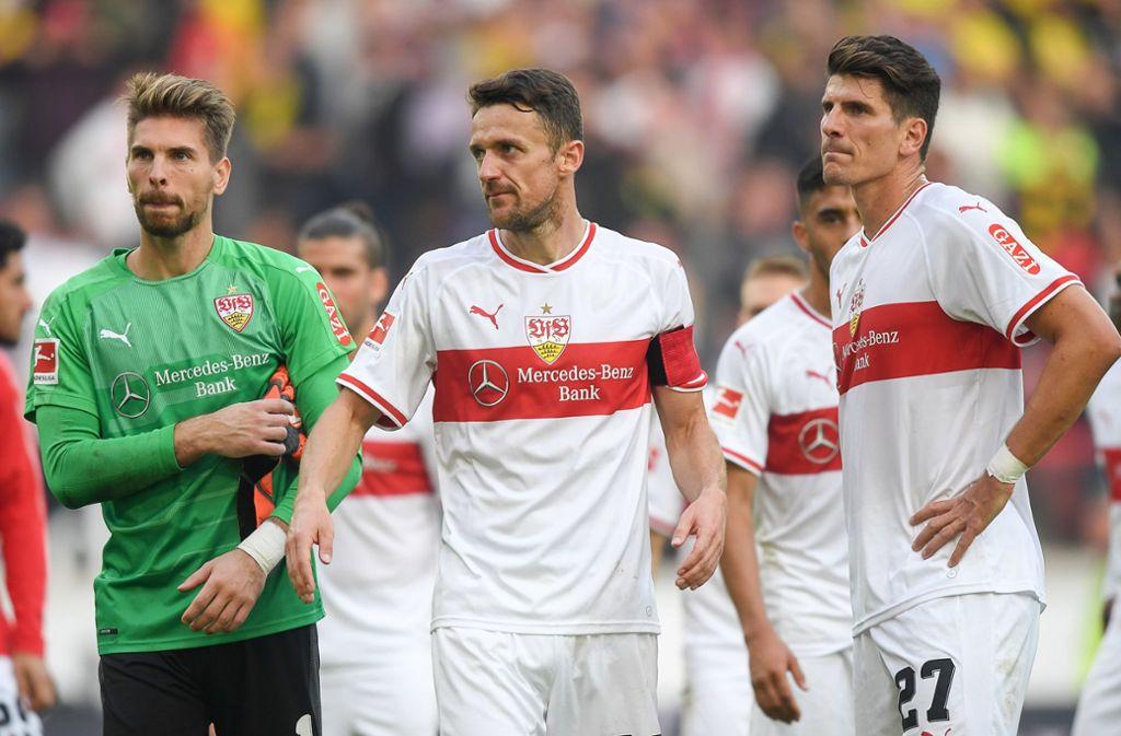 Ron-Robert Zieler. Christian Gentner und Mario Gomez (von links) werden ihrer Rolle als  oberste Hüter des Leistungsklimas beim VfB in dieser Saison nicht gerecht. Foto: dpa