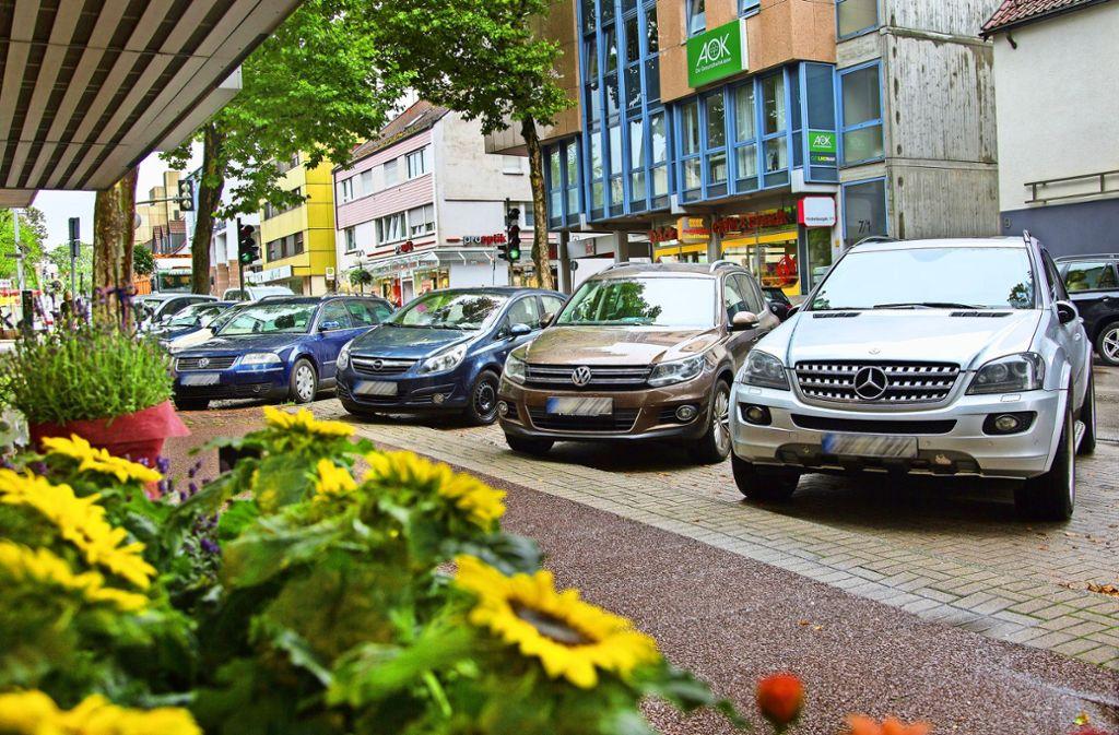 Auch die Parksituation vor den Geschäften, wie hier in der Nellinger Hindenburgstraße, war in der Untersuchung ein Thema. Foto: Ines Rudel/Archiv