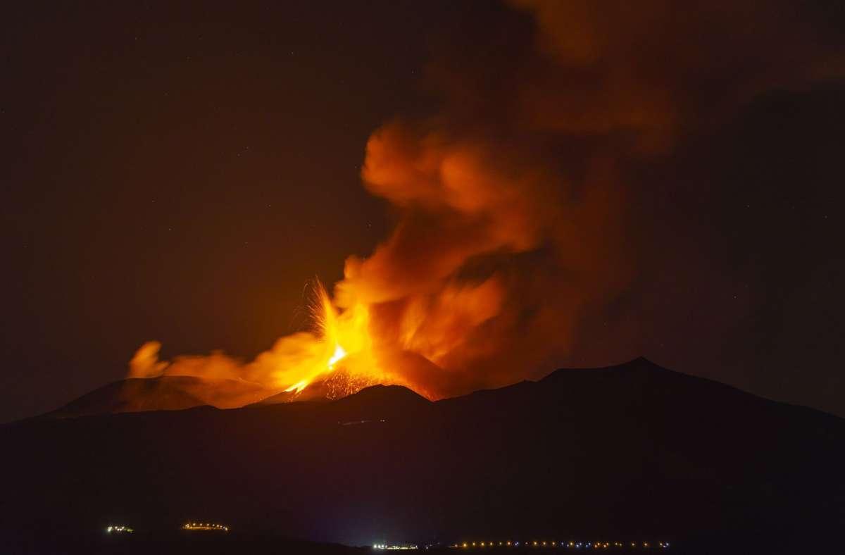 Lava strömt aus einem Krater des Ätna. Foto: dpa/Salvatore Allegra
