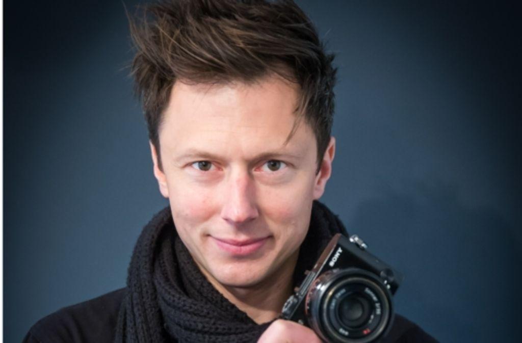 Dennis Orel hält seinen  kleinen Fotoapparat immer in der Hand. Foto: Lichtgut/Achim Zweygarth