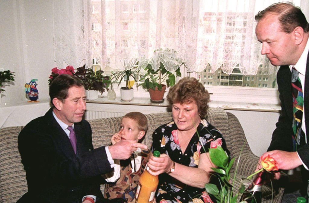 Prinz Charles saß 1995 mit einem Glas Rotkäppchen-Sekt in einer tristen Berliner Plattenbau-Wohnung.  Charles informierte sich bei der Familie über das Leben in einer Drei-Zimmer-Wohnung. Foto:Lutz Schmidt/Reuters Pool/dpa Foto: