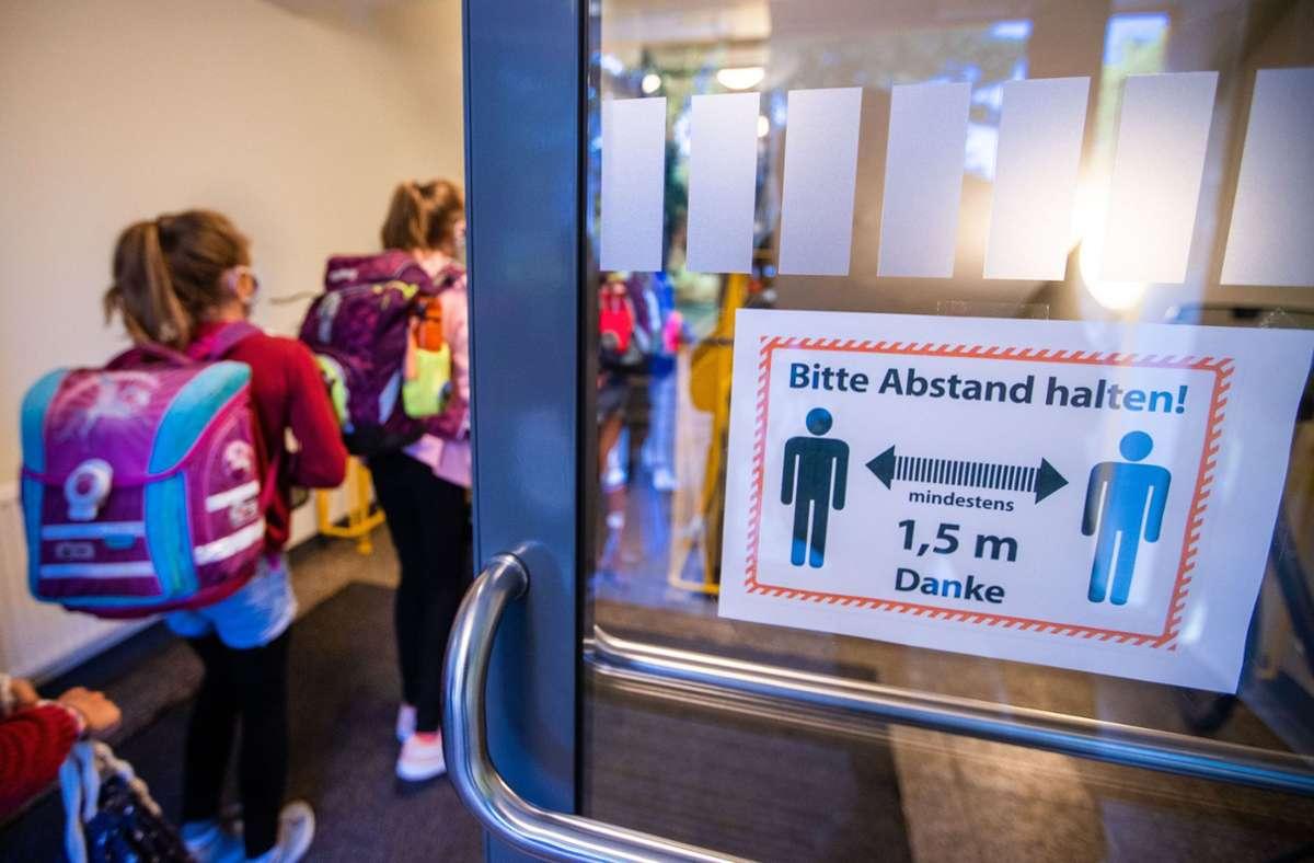 Spätestens in den  Klassenzimmern  wird kein Abstand mehr gehalten. Wer sich große Sorgen um die Gesundheit der Kinder und der eigenen Familie macht, der hat in Baden-Württemberg eine besondere Möglichkeit. Foto: dpa/Jens Büttner
