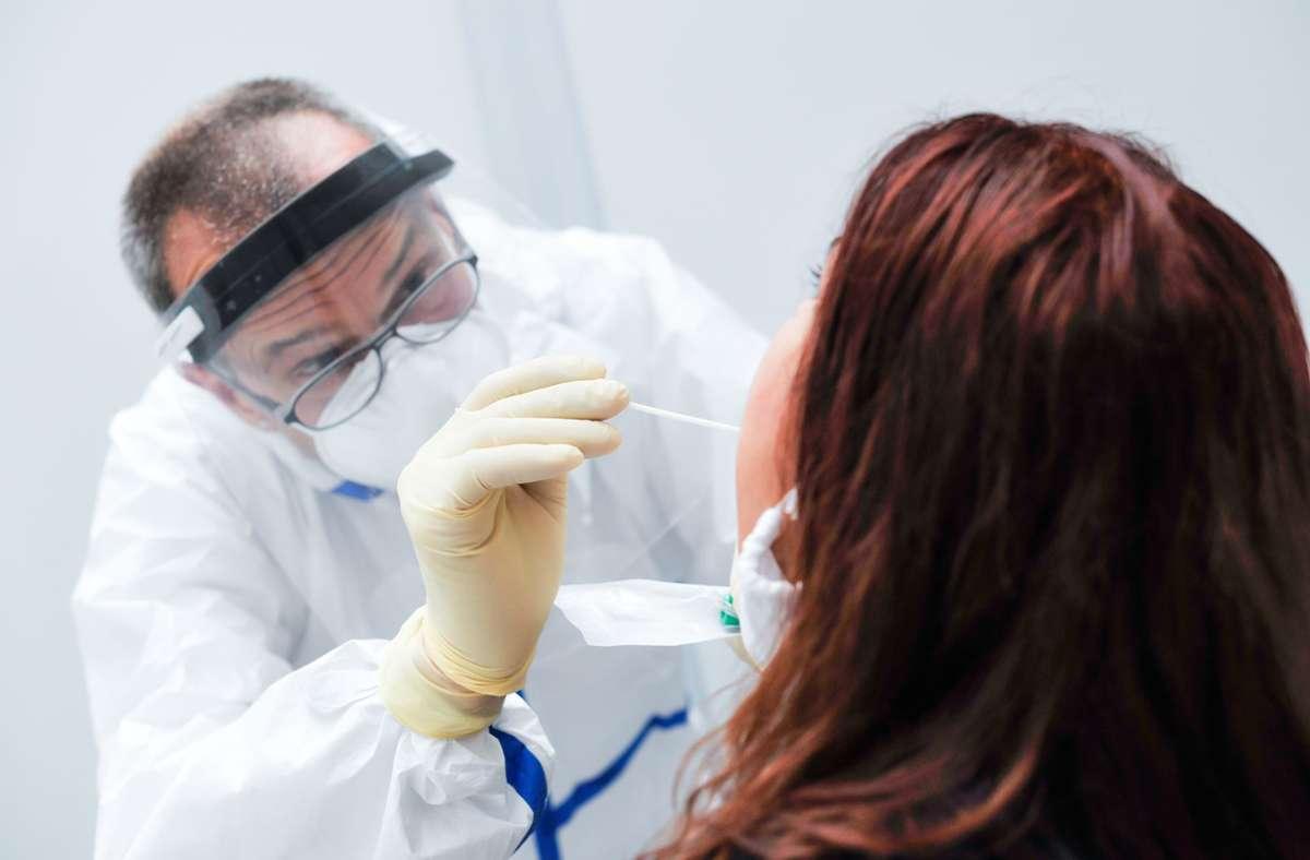 Die 54-Jährige, die in Schwaz im Bundesland Tirol lebt, war im April positiv auf das Coronavirus getestet worden. (Symbolbild) Foto: Lichtgut/Max Kovalenko