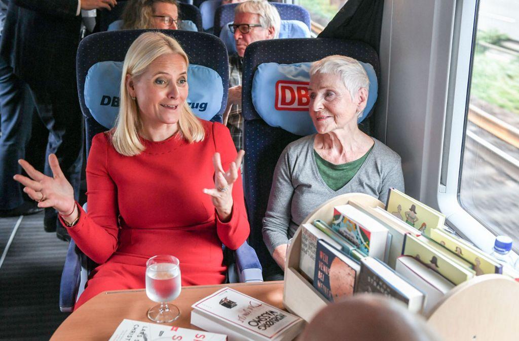 Unterwegs zur Buchmesse: Die norwegische Kronprinzessin mit ihrer mobilen Bibliothek im Lesezug. Foto: dpa/Jens Kalaene