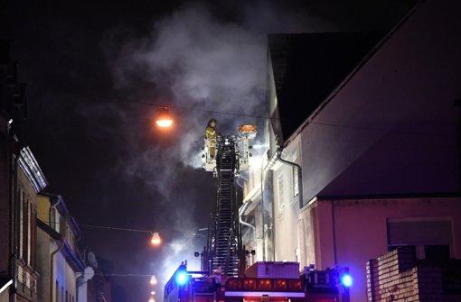 Zwei Menschen fallen Flammen zum Opfer