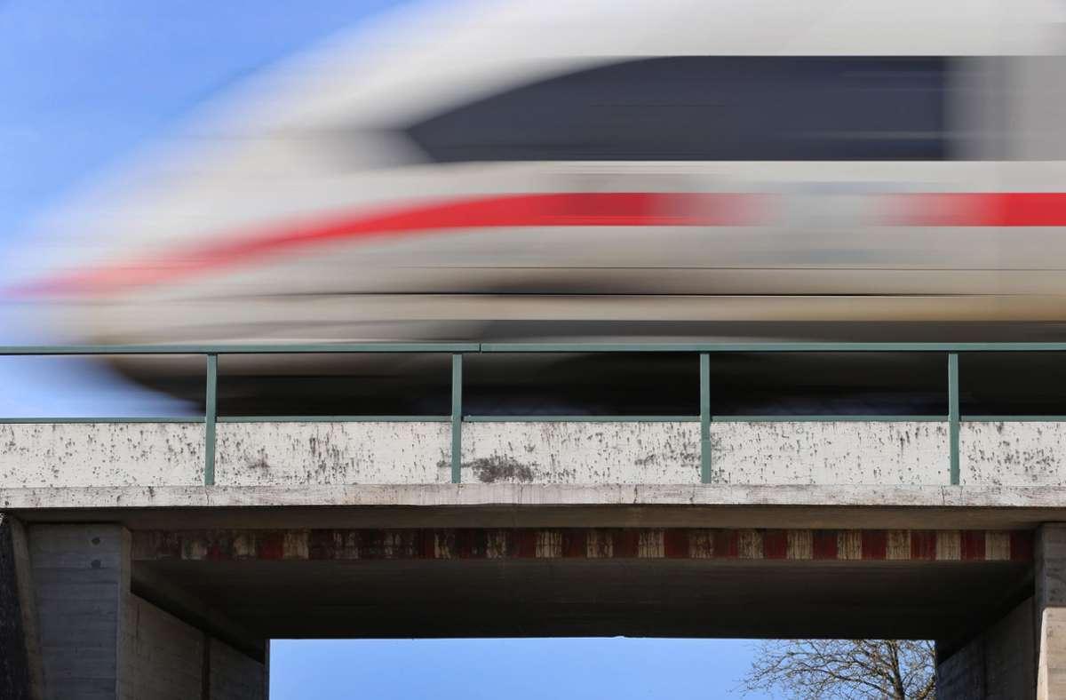 Der Zug konnte nicht mehr  rechtzeitigzum Stehen gebracht werden. (Symbolfoto) Foto: dpa/Karl-Josef Hildenbrand