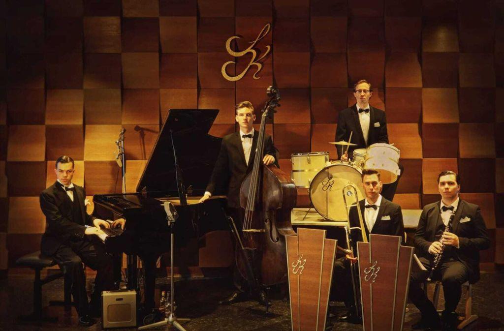 Sascha Kommer und sein Orchester begleiten die Burlesque-Revue in den Wagenhallen Foto: Wagenhallen/WH