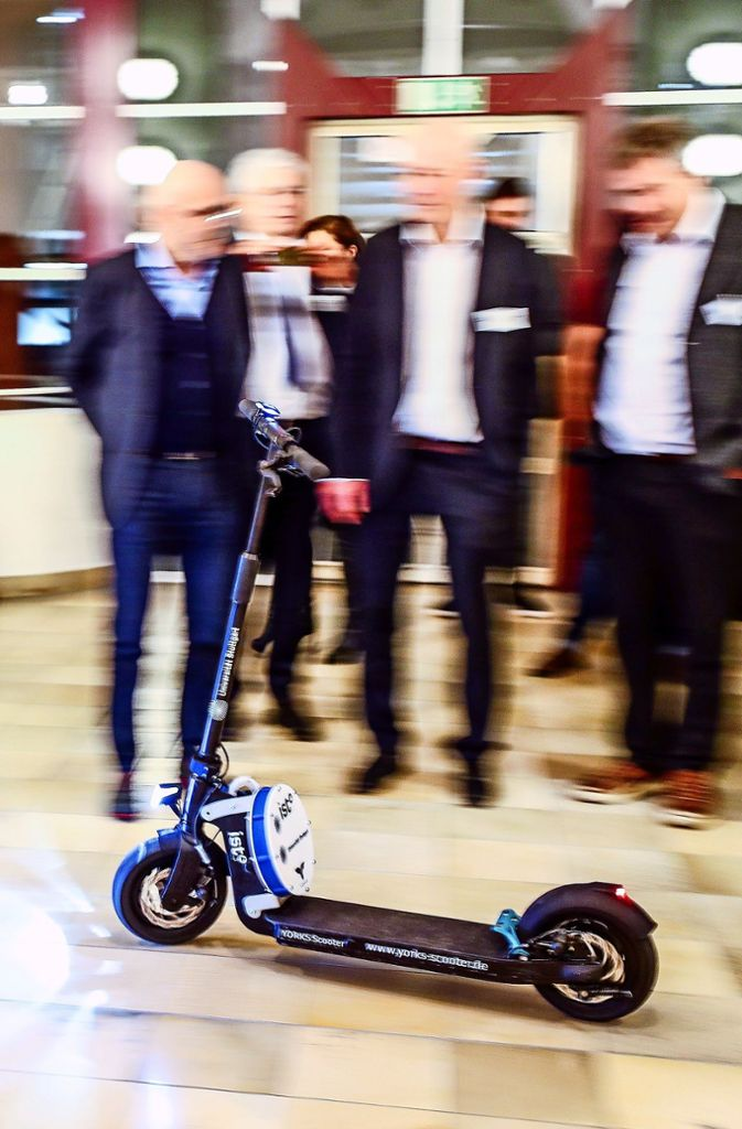 Die Anwesenden bestaunen den  selbstfahrenden E-Scooter.    Foto: Lichtgut/Christoph Schmidt