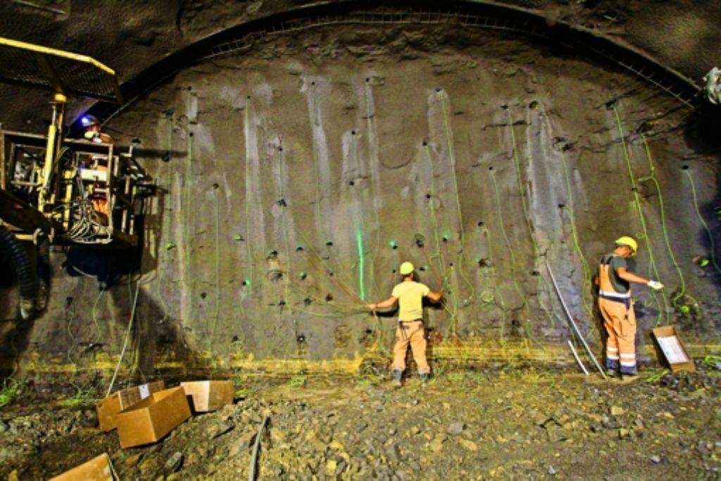 Die Bohrlöcher im Haupttunnel sind mit Sprengstoff gefüllt: Jens Straube und sein Kollege verbinden die Zündkabel. Foto: factum/Bach
