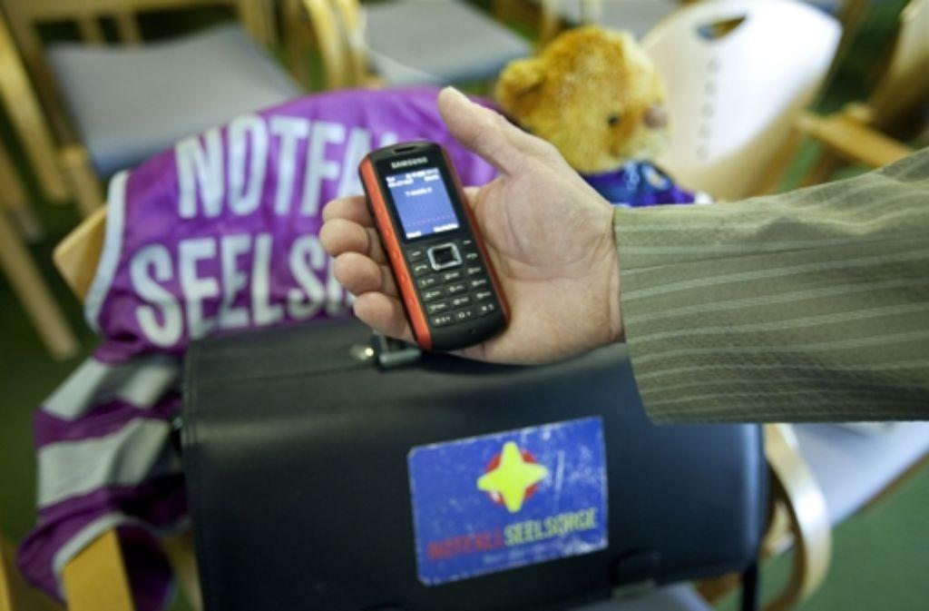 Das Handy ist ein wichtiges Hilfsmittel der Notfallseelsorger. Foto: Horst Rudel