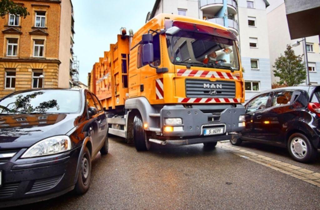 Parkende Autos versperren der Müllabfuhr in der Tannenstraße den Weg. Foto: Heinz Heiss