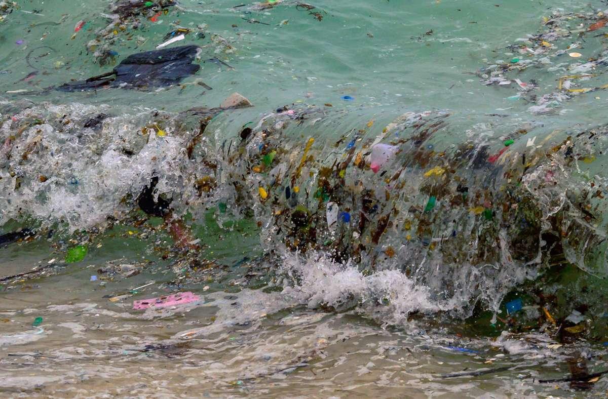 Am Strand der thailändischen Insel Koh Samui spülen Wellen große Mengen an Plastikmüll an. Foto: AFP