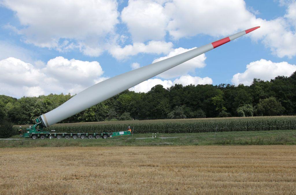 Mit so einem ähnlichen Selbstfahrer werden die 65 Meter langen Rotorflügel zur Baustelle am Goldboden transportiert. Foto: EnBW