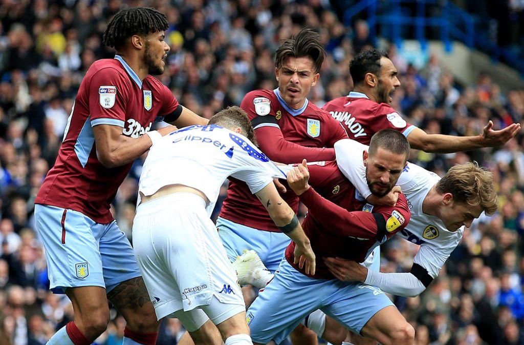 Einem umstrittenen Tor von Leeds United folgten tumultartige Szenen, ehe eine faire Geste der Gastgeber die Situation entspannte. Foto: dpa