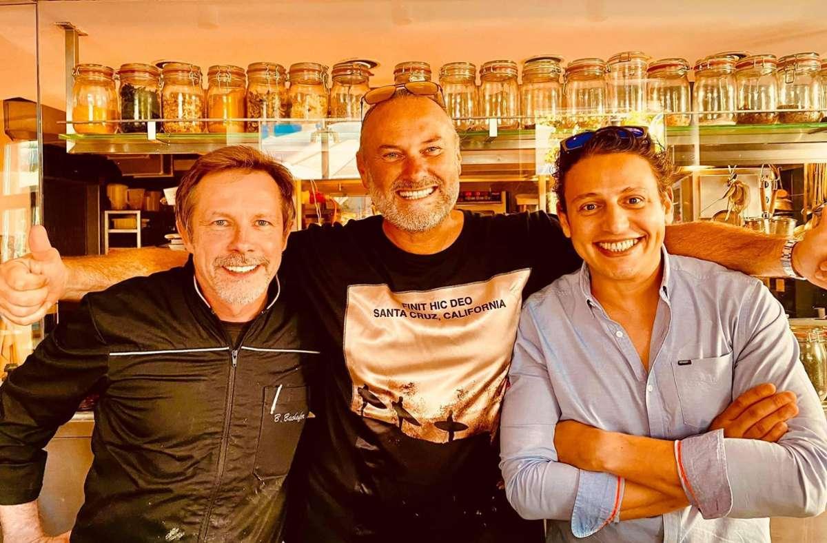 """Food-Blogger Zoltán Bagaméry (Mitte) und   Ritzi-Chef Ben Benasr (rechts) bei der """"Fine Fitness Dining-Challenge"""" bei Bernd Bachofer (links). Aufgabe ist es, ein weitgehend veganes Menü mit 1000 Kalorien zu servieren. Foto: StZ"""