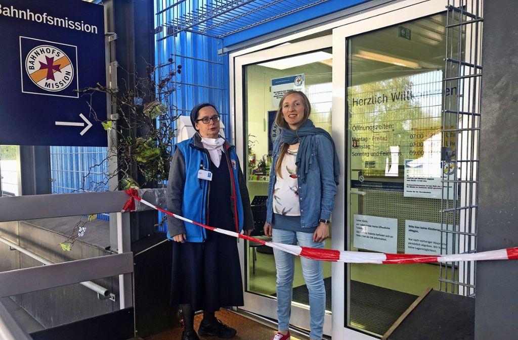 Schwester Birgit und Annette Ungureanu   vor der Bahnhofsmission. Foto: Martin Haar