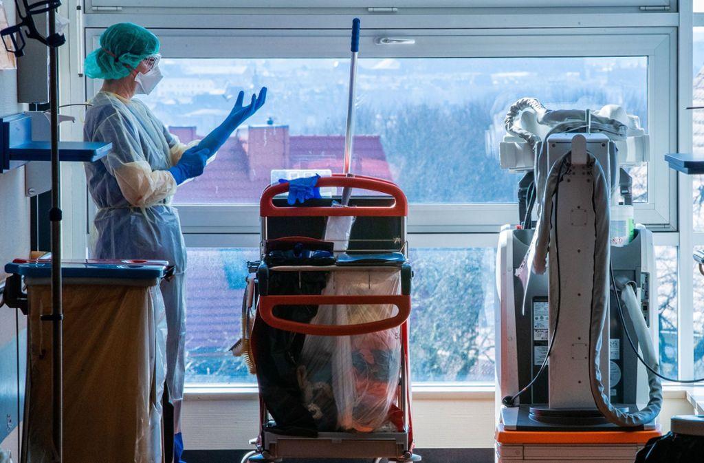 Das Krankenhauspersonal benötigt nach wie vor dringend Schutzkleidung. Foto: dpa/Jens Büttner