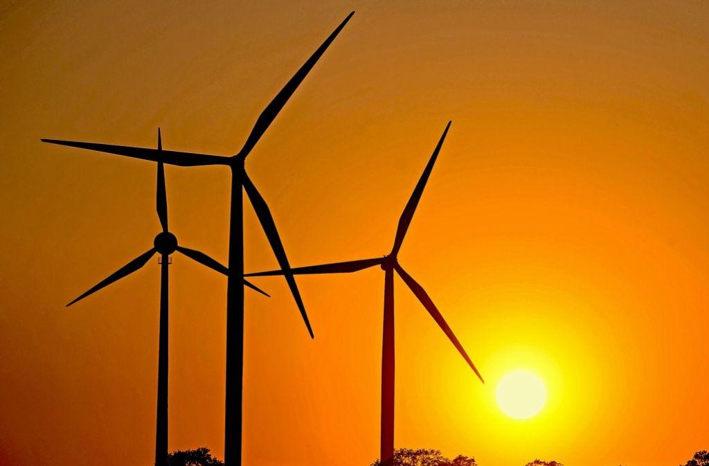 Windräder in der Abenddämmerung – für keine Energieversorger und Bürgerwind-Projekte wird der Wind rauer Foto: dpa