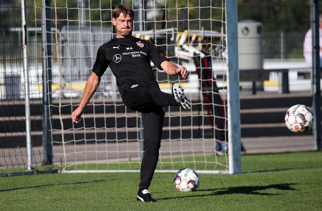 Der neue VfB-Co-Trainer Wolfgang Beller zeigt viel Ballgefühl. Foto: Baumann