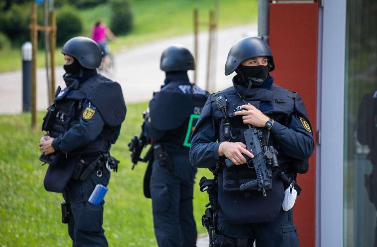 Ein Großaufgebot der Polizei sucht seit Sonntag einen bewaffneten Mann, der während einer Polizeikontrolle die Beamten bedroht und ihnen die Waffen abgenommen hatte. Foto: dpa/Philipp von Ditfurth
