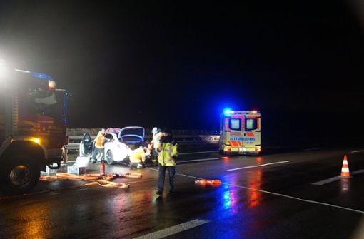 Autofahrerin kollidiert mit Sattelzug –  Autobahn kurzzeitig voll gesperrt