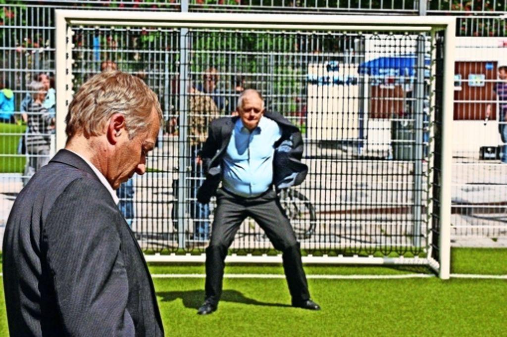 Volker Schirner, der Leiter des Gartenamts, übt sich im Strafstoßduell mit Oberbürgermeister Fritz Kuhn als Hüter des Fußballtores. Foto: red