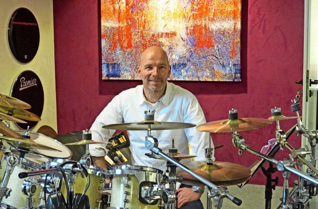 Stefan Schütz ist der Leiter der Schlagzeugschule drum department in Untertürkheim. Als Coach hilft er anderen Menschen bei der Bewältigung ihrer Probleme. Foto: Caroline Friedmann