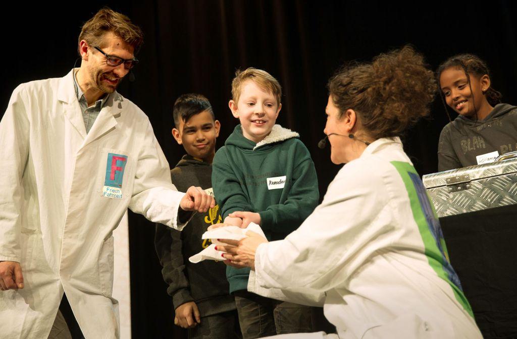 Die Entertainer Friedrich Fahrenheit und Bo  Celcius führen den Kindern Experimente vor. Foto: Lichtgut/Leif Piechowski