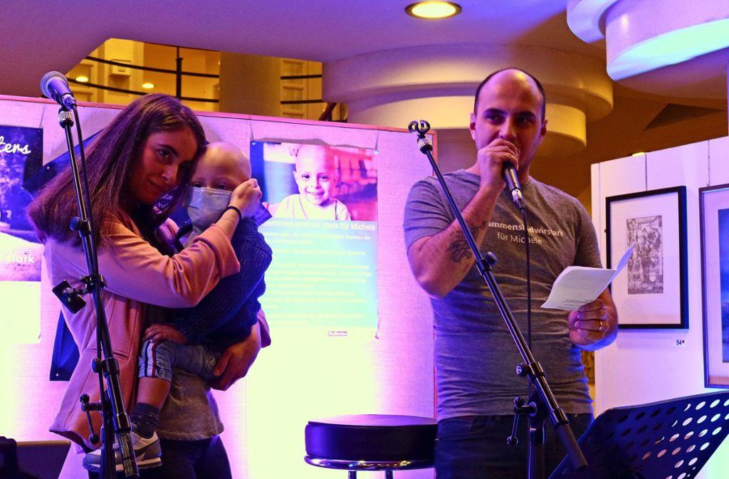 Mutter Mariarosa mit Sohn Michele auf dem Arm und  Papa Daniele Marino auf der Bühne im Rathausfoyer. Foto: Eva Herschmann