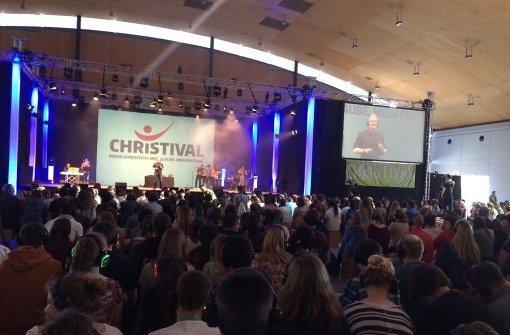 Junge Christen feiern ihren Glauben