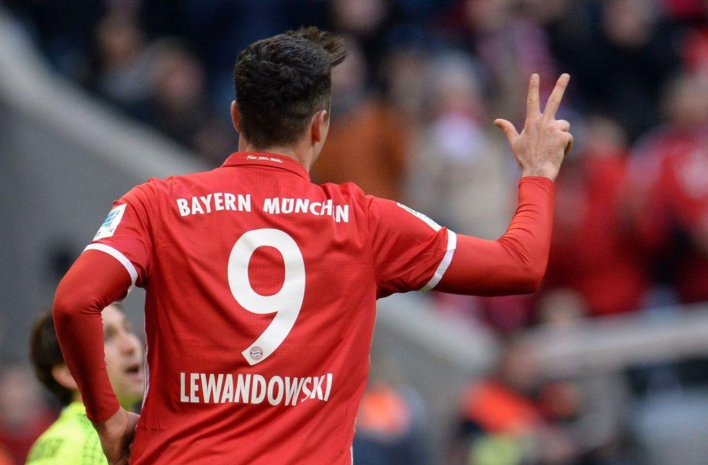 Robert Lewandowski von München jubelt im Spiel gegen den Hamburger SV über sein drittes Tor im Spiel zum 4:0. Foto: dpa