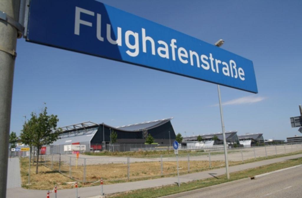 Ein unter die Flughafenstraße gerückter Bahnhof wäre nach Aussagen der Bahn möglich. Strittig ist, wer die Mehrkosten übernimmt. Foto: Tim Höhn