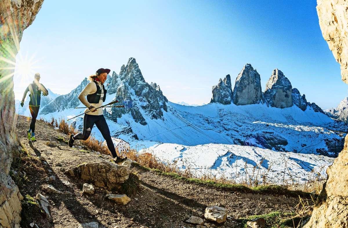 Laura Dahlmeier läuft beim Alpfronttrail durch die Dolomiten vor dem herrlichen Panorama der Drei Zinnen. Foto: Harald Wisthaler