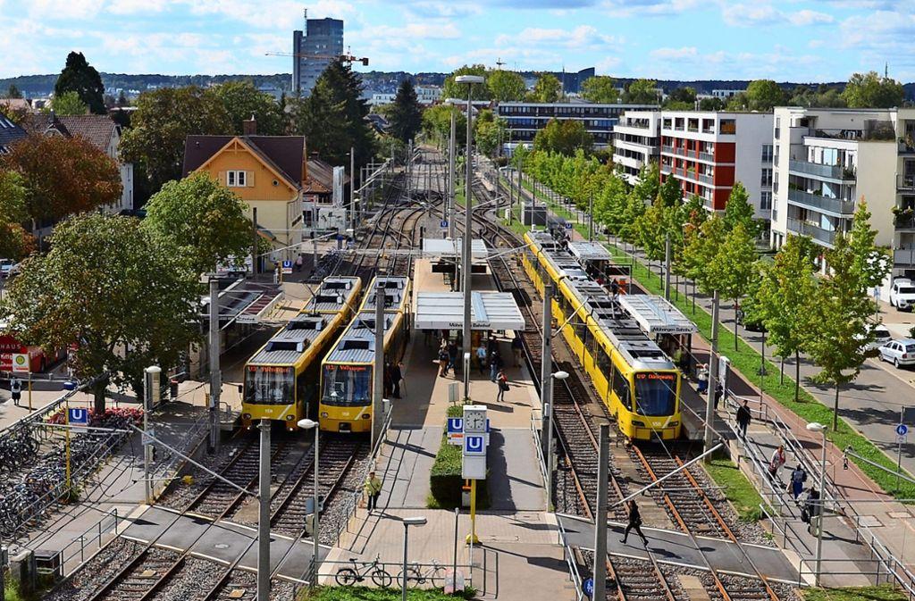 Für einige Passanten ist die neu gestaltete Kante am Übergang des Möhringer Bahnhofs bereits zur Stolperfalle geworden. Foto: Sandra Hintermayr