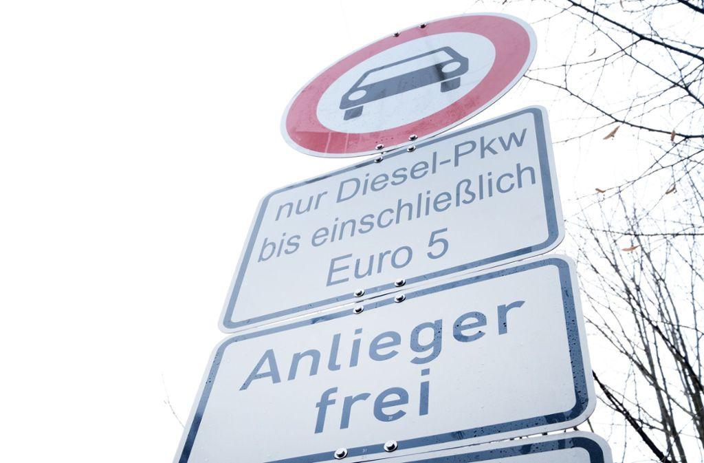 Bald wird es in Stuttgart neue Schilder für das erweiterte Dieselfahrverbot geben. Die Stadt stellt sie auf Weisung des Regierungspräsidiums auf. Womöglich werden sie aber dann abgehängt. Foto: dpa/Bernd Weissbrod