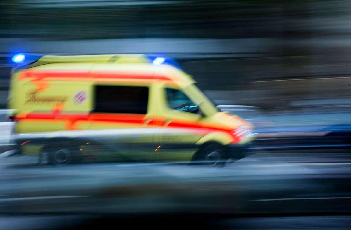 Der Rettungsdienst brachte den Mann ins Krankenhaus (Symbolbild). Foto: dpa/Arno Burgi