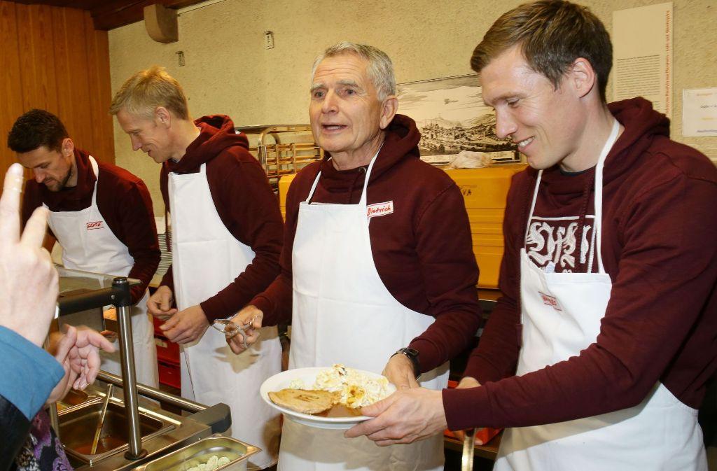 VfB-Trainer Hannes Wolf (rechts) bei der Essensausgabe in der Leonhardskirche. Foto: Pressefoto Baumann