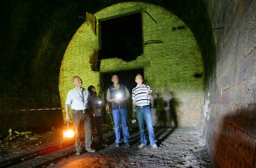 Kein einziger Stein fehlt im alten Rosensteintunnel. Etwas Licht fällt nur durch das Cannstatter Portal in das mehr als 300 Meter lange Bauwerk. Foto: Achim Zweygarth