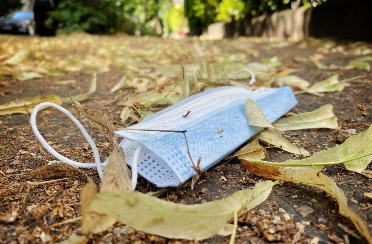 Maskenverweigerer müssen in Stuttgart künftig tiefer in die Tasche greifen. (Symbolbild) Foto: dpa/Kay Nietfeld