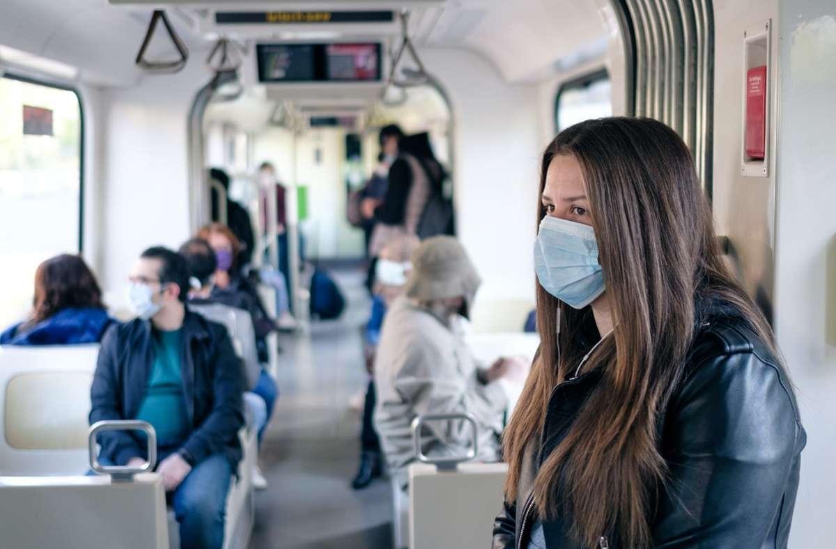 Ob in der Bahn oder auf der Arbeit – die Masken sind zum Alltagsbegleiter geworden. Doch nicht jeder verträgt den Stoff vor dem Mund. Foto: dpa/Ole Spata