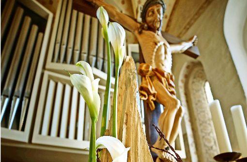Die Auferstehung als Arrangement aus Blüten, Holz und Stacheldraht. Foto: Gottfried Stoppel