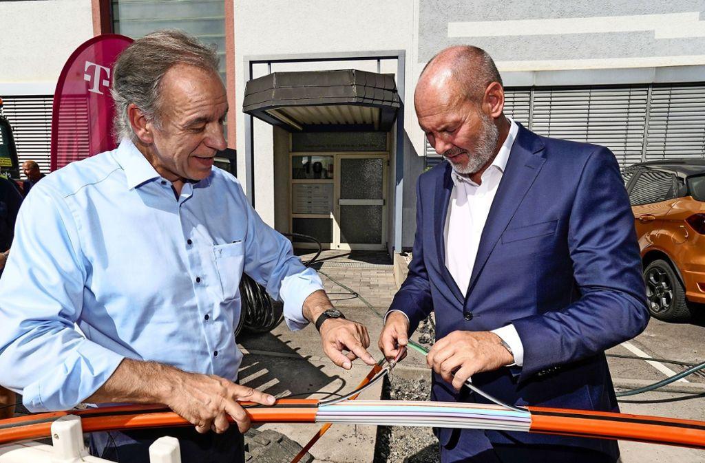 Volker Ackermann  erläutert OB Martin Georg Cohn  (rechts)   die Verlegetechnik der  leistungsstarken Glasfaser. Foto: factum