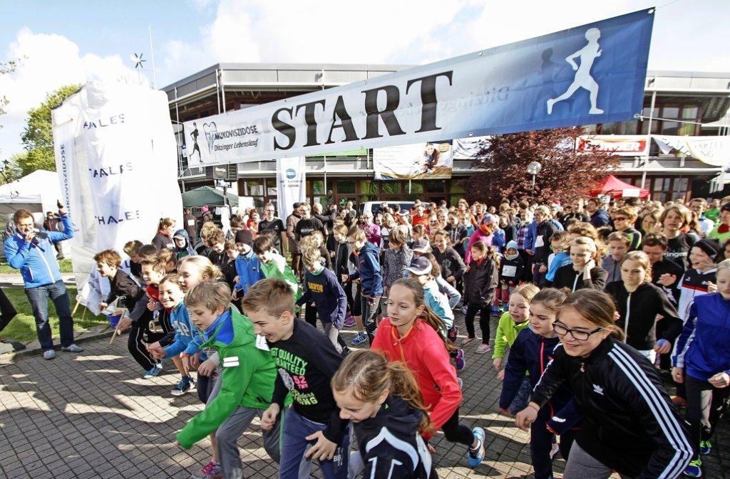 Wer richtig laufen will, muss sich warm machen. Ein Massenstart mit Ansage ist nicht nur für junge Läufer ein Ereignis – darüber freuen sich auch die Organisatoren. Foto: factum/Bach
