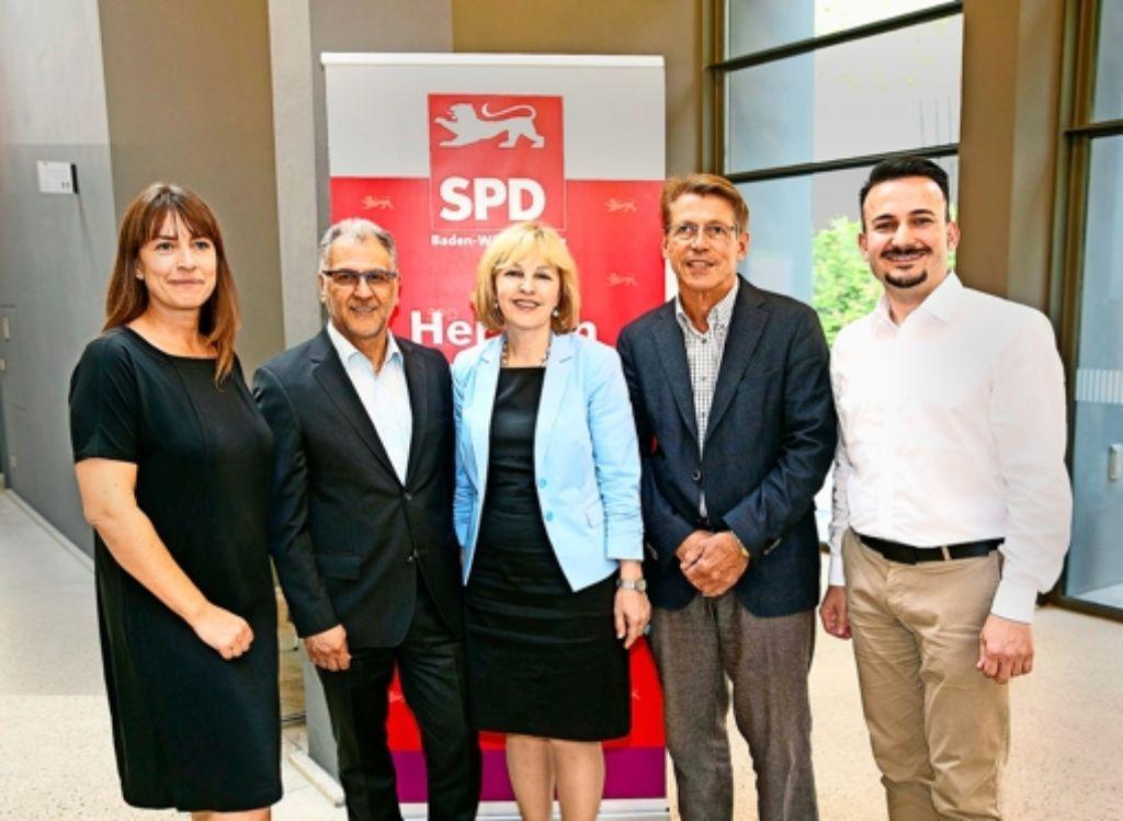 SPD-Kreischef Dejan Perc (rechts) präsentiert die  Landtagskandidaten  Stefanie Brum, Ergun Can, Marion von Wartenberg und  Rolf Gaßmann (von links). Foto: Lichtgut/Horst Rudel