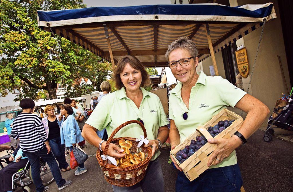 Neidlinger Spezialitäten: Friedhild  Rieker  mit dem Nationalgebäck Mambele und Ulrike Braun mit den Zwetschgen. Foto: Ines Rudel