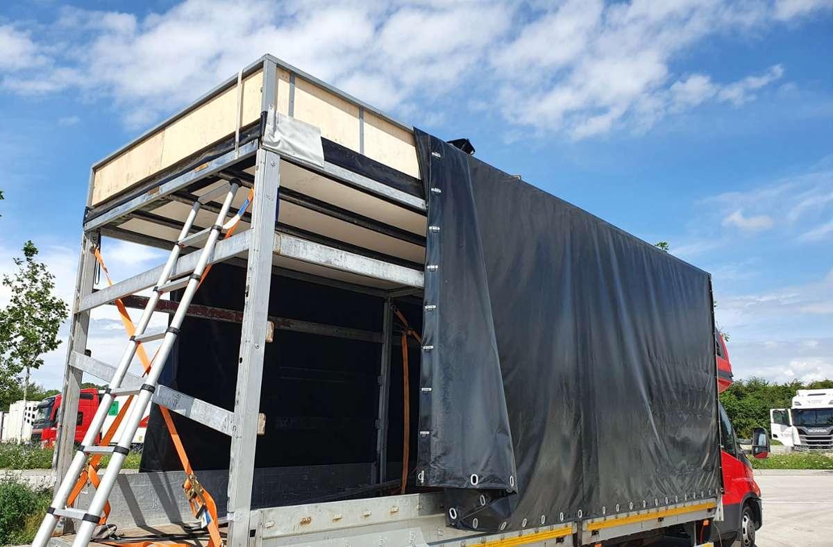 Beim Öffnen der Plane fiel den Zöllnern eine professionell eingebaute doppelte Decke auf. Foto: Hauptzollamt Karlsruhe