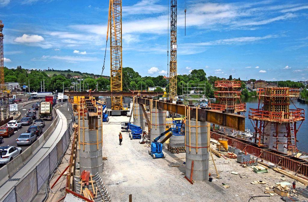 Die Stahlträger und die Stützen tragen die Arbeitsplattform, von der aus die Brücke über den Neckar geschoben wird. Rechts entstehen Brückenpfeiler. Foto: Lichtgut/Max Kovalenko