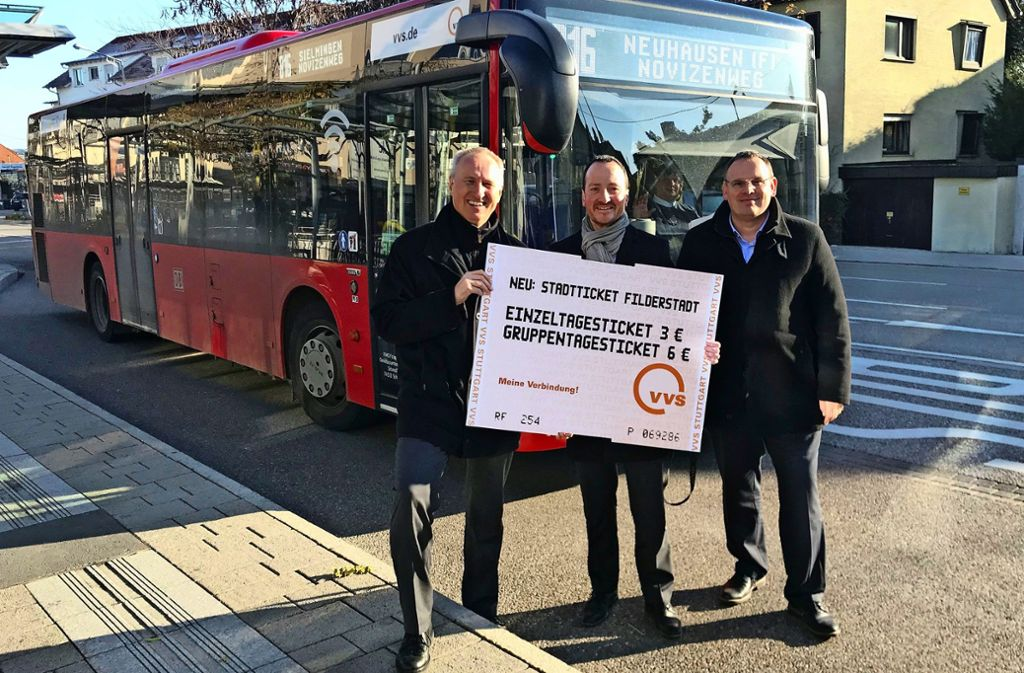 Horst Stammler vom VVS sowie OB Christoph Traub und Jan-Stefan Blessing von der Stadt Filderstadt (v.li.) hoffen, dass mehr Menschen auf den ÖPNV umsteigen. Foto: Julia Bosch